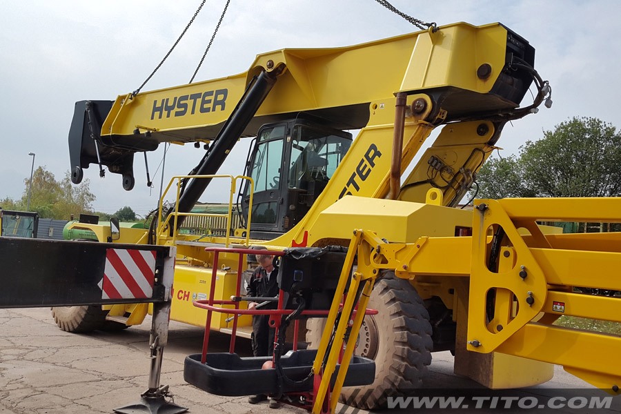 Hyster-reach-stacker-assembly