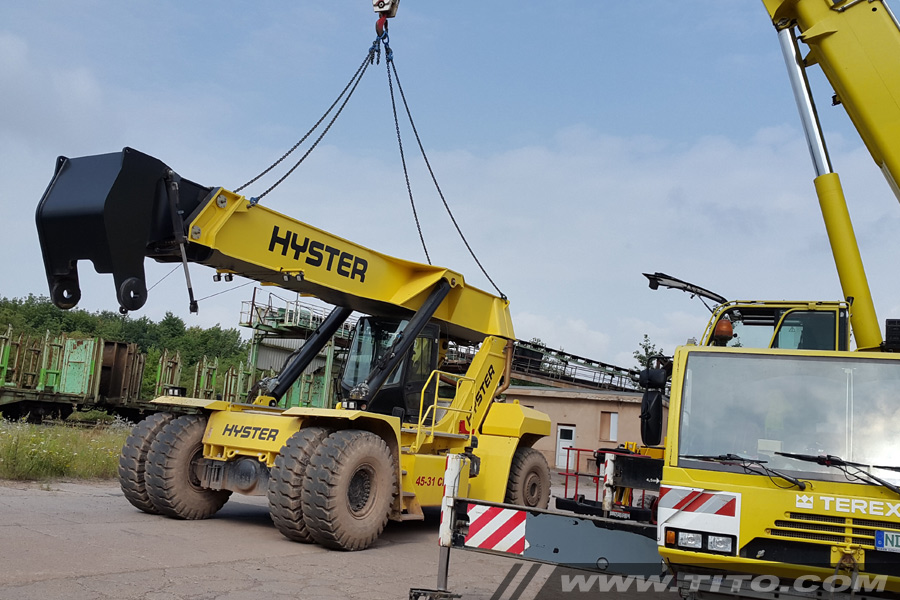 dismantling-Hyster-reach-stacker