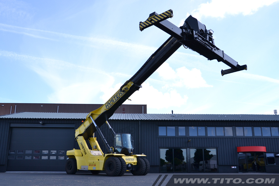 SOLD // Used 45 ton hyster reach stacker for sale